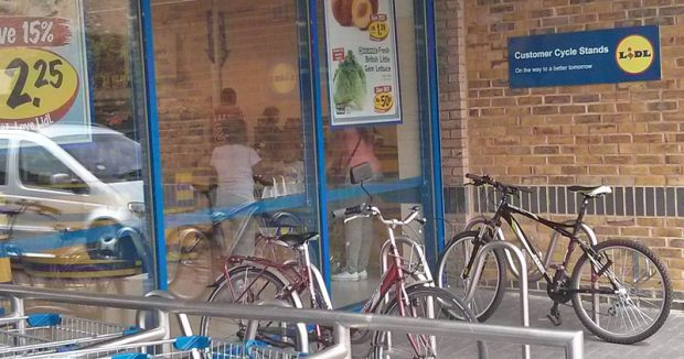 """Fahrradständer bei Lidl in London: """"On the Way to a Better Tomorrow"""""""