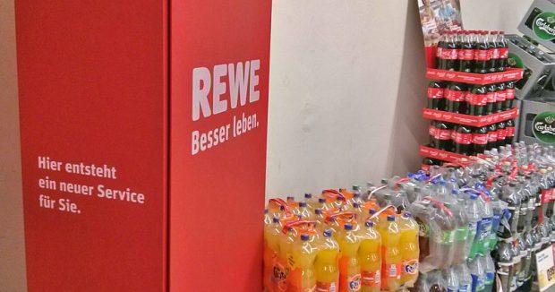 """""""Hier entsteht ein neuer Service für Sie"""", verspricht Rewe auf seinen verhüllten Terminals"""