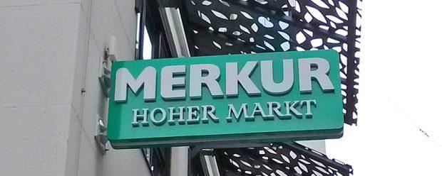 Dezenter Hinweis am Palais Principe: Hier wohnt Merkur, der Supermarkt (nicht verwandt mit der gleichnamigen deutschen Spielothek)