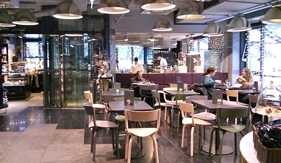 Anderen beim Arbeiten zusehen: Café mit Törtchenmacherblick