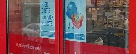 Ab 10. März sollen Rewe-Kunden Payback-Punkte sammeln, steht an der Markttür