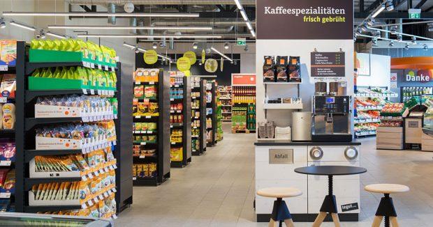Kaffeepäuschen beim Einkaufen gefällig? Der Becher kann auch an den Einkaufswagen geklemmt werden / Foto: (c) Tegut