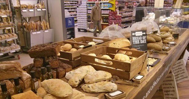 """Tescos """"Bakery Project"""": Frische Backwaren, frei beniesbar im Laden liegend"""