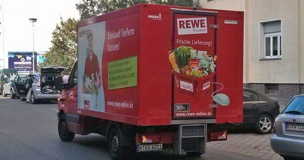 Roter Rewe-Lebensmittel-Lieferwagen in Berlin