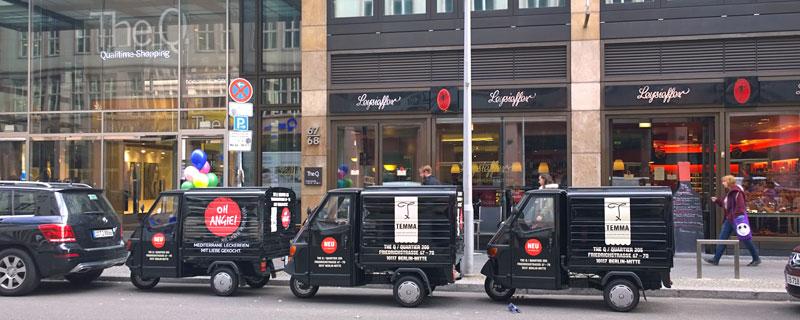Motorisierte Werbetafeln für Rewes neues Laden- und Gastro-Trio