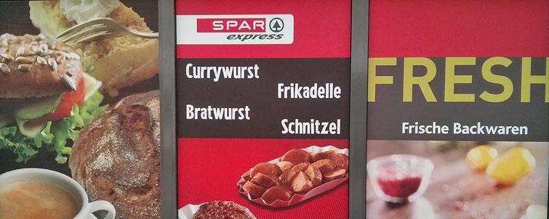 """Bei Spar Express in Chemnitz ist alles """"Fresh"""", auch die vier Grundnahrungsmittel Currywurst, Bratwurst, Frikadelle und Schnitzel"""