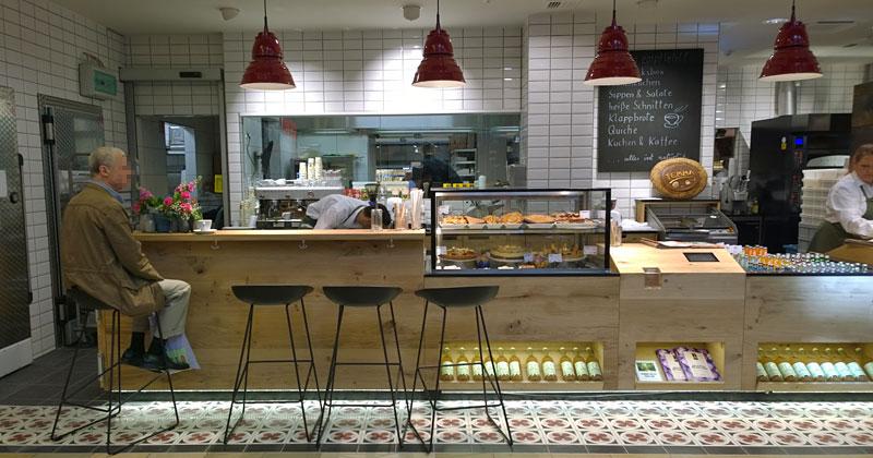 Für Schnellesser hat Temma in Berlin neben der Bäckertheke auch eine Bistrotheke an der Ladenfront