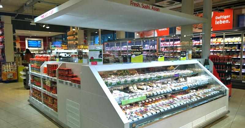 Sushi-Würfel in einem Kölner Rewe-Supermarkt: Vorne frisch, hinten gemacht