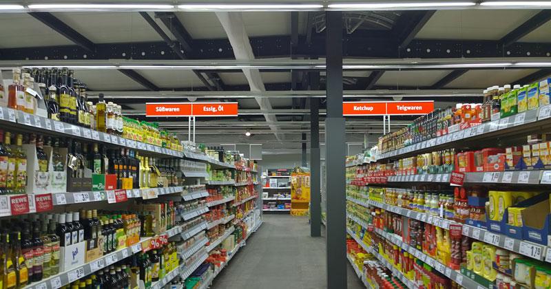 Passt, wackelt, hat Luft: In Berlin hat Rewe einen provisorischen Markt in einer Stahlhalle eröffnet