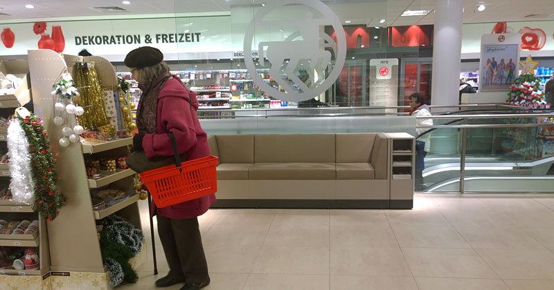 Einkaufen kann so anstrengend sein: Sitzgelegenheit im Obergeschoss