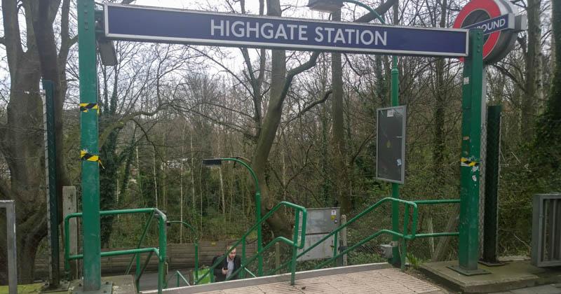 Hier entlang zu Ihrem Online-Einkauf: U-Bahn-Station Highgate in London