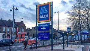 Aldi kooperiert in Großbritannien mit Deliveroo für die Sofortlieferung von Lebensmitteln