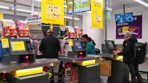 Kassen-Gestell bei dm, Platzprobleme bei Netto (ohne Hund): Wie Händler ihre SB-Bezahl-Tests vermasseln