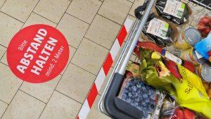 Abstandhalter, Kontaktloszahlung, Bedienanleitungen: Corona und die neue Normalität in Supermärkten und Drogerien